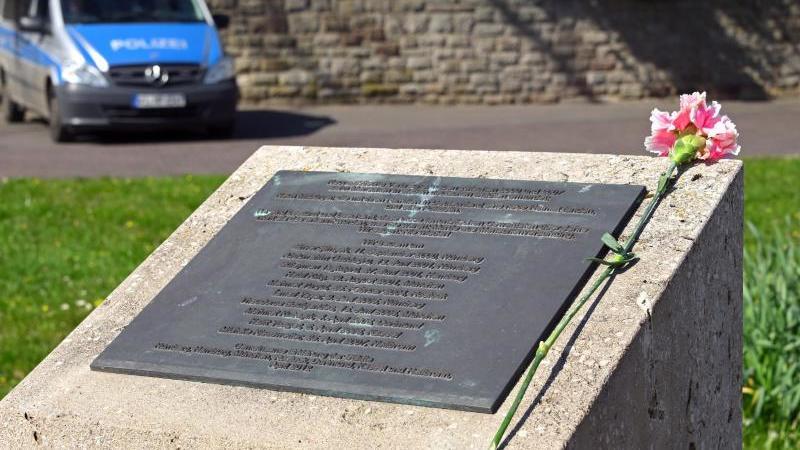 Eine Nelke liegt auf dem Gedenkstein für die NSU-Opfer auf dem Halitplatz. Foto: Uwe Zucchi/dpa
