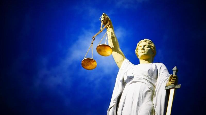 Eine Statue der Justitia hält eine Waage in ihrer Hand. Foto: Copyright: pixabay.com/Decker & Böse Rechtsanwaltsgesel/obs/Symbolbild