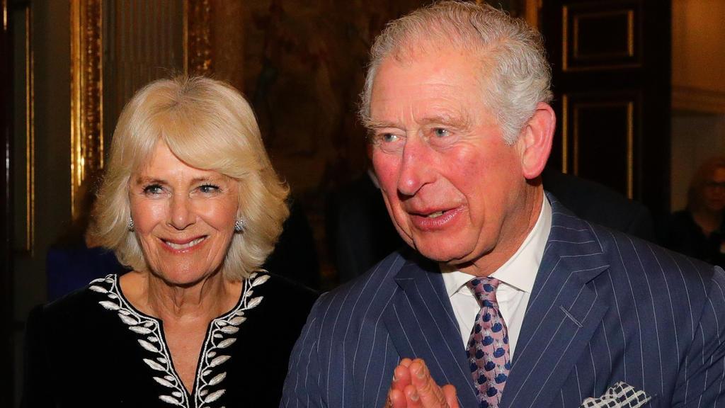 """ARCHIV - 09.03.2020, Großbritannien, London: Der britische Prinz Charles, Prinz von Wales und seine Frau Camilla, Herzogin von Cornwall, nehmen am Commonwealth-Tag am Empfangs im Marlborough House teil. (zu dpa """"Prinz Charles und Camilla nach Isolati"""