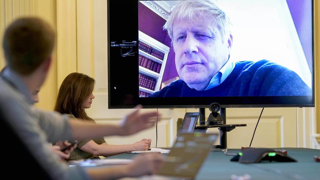 HANDOUT - 28.03.2020, Großbritannien, London: Der britische Premierminister Boris Johnson führt den Vorsitz bei der morgendlichen Treffen zum Coronavirus (Covid-19) von der Downing Street Nr. 11 aus. Nachdem Boris Johnson positiv auf das Coronavirus