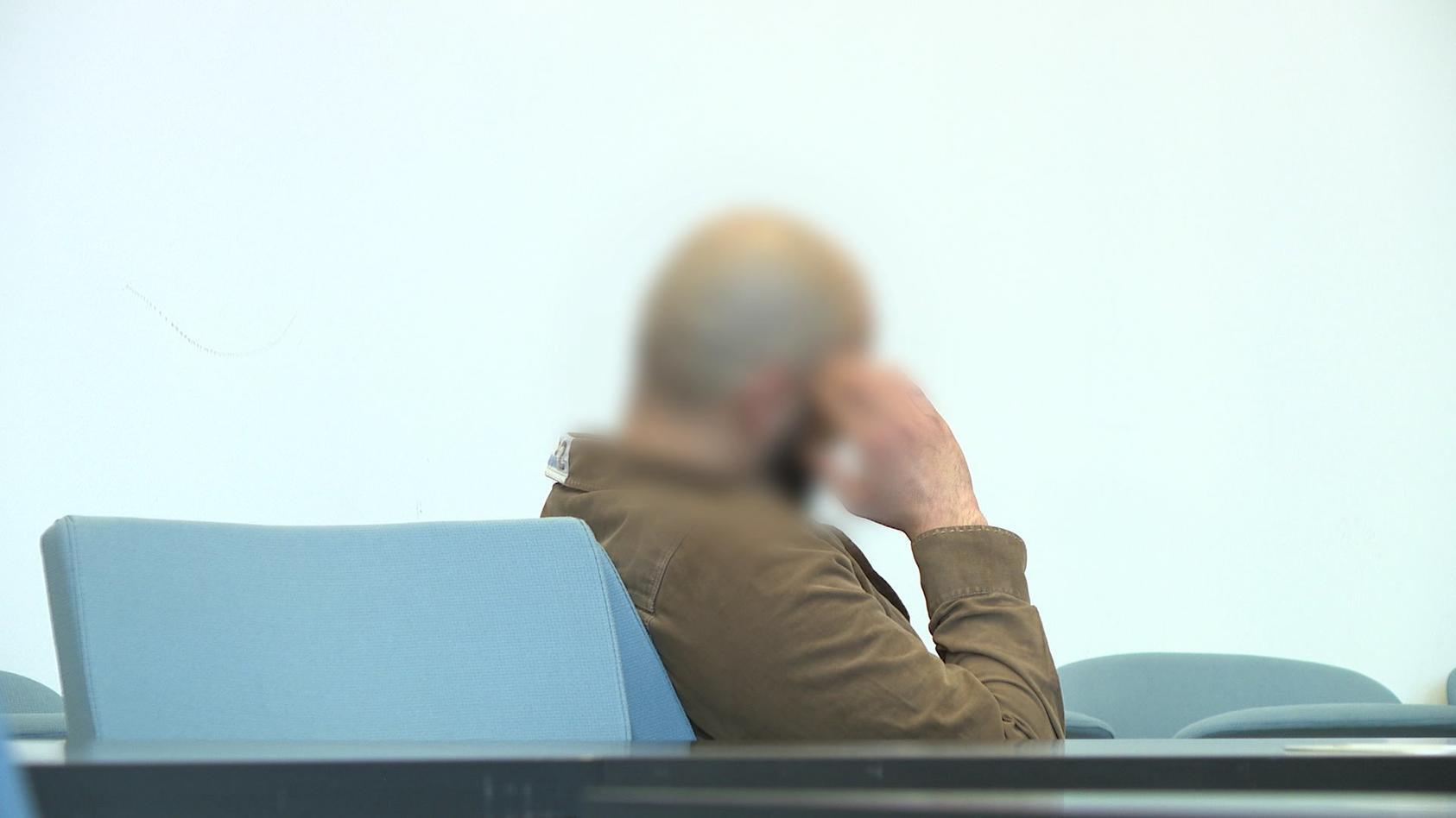 Angeklagter vor Gericht in Duisburg nach Betrugsversuch, Raubüberfall und Diebstahlsversuchen