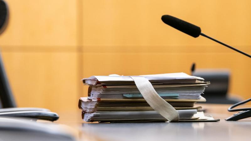 Akten im Landgericht in Darmstadt am Platz des Richters. Foto: Silas Stein/dpa/Archivbild