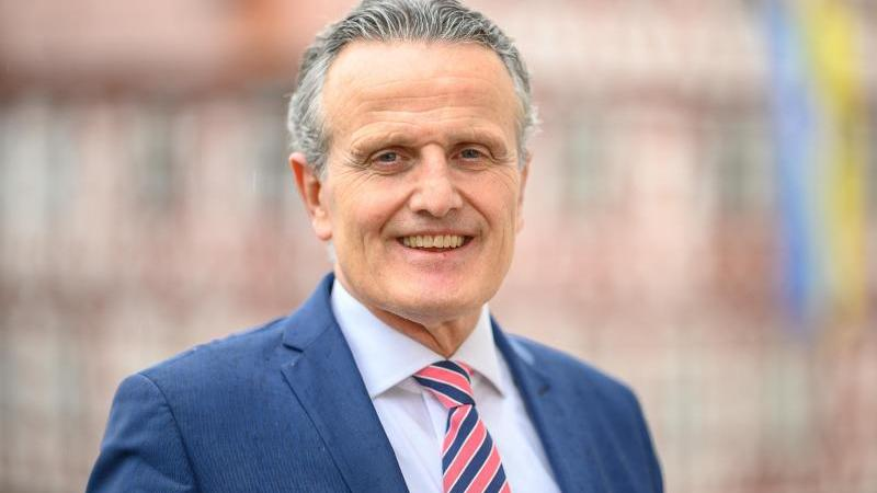 Frank Nopper (CDU), Oberbürgermeister von Backnang, steht vor dem Backnanger Rathaus. Foto: Sebastian Gollnow/dpa/Archivbild