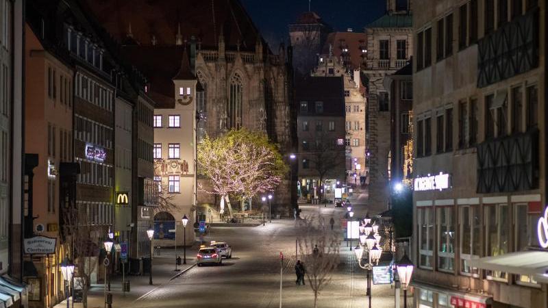 Die Nürnberger Altstadt rund um den Hauptmarkt ist menschenleer. Foto: Daniel Karmann/dpa