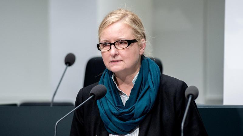 Claudia Schröder spricht auf einer Pressekonferenz