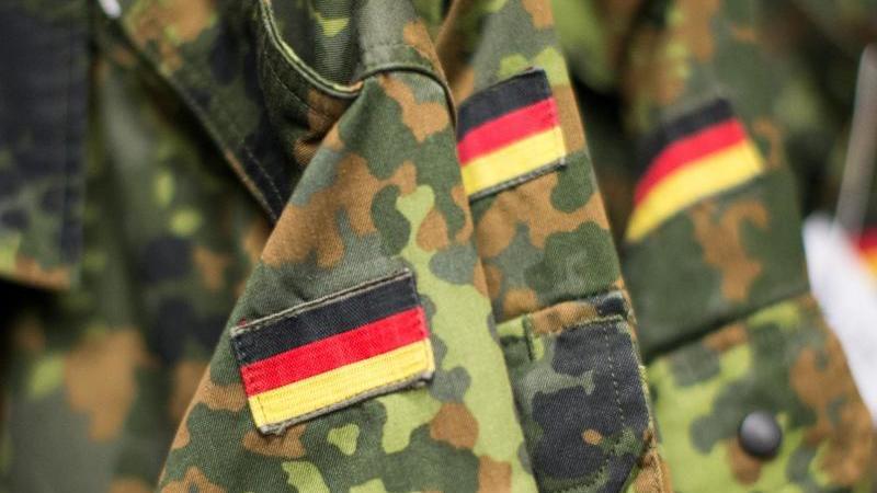 Jacken der Bundeswehr mit angenähter Deutschlandflagge. Foto: picture alliance / Marcel Kusch/dpa/Archivbild