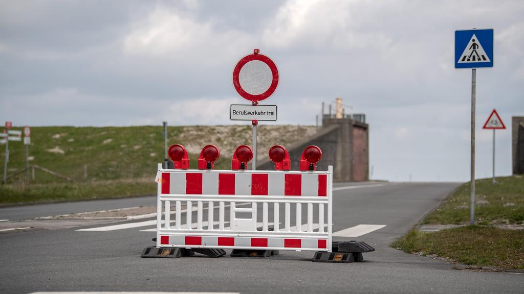 02.04.2020, Niedersachsen, Wilhelmshaven: Eine Verkehrsverbindung nach Hooksiel ist gesperrt um touristischen Verkehr zu verhindern. Die Auflagen und Beschränkungen, die zur Verlangsamung der Ausbreitung des Coronavirus eingeführt wurden, haben das ö