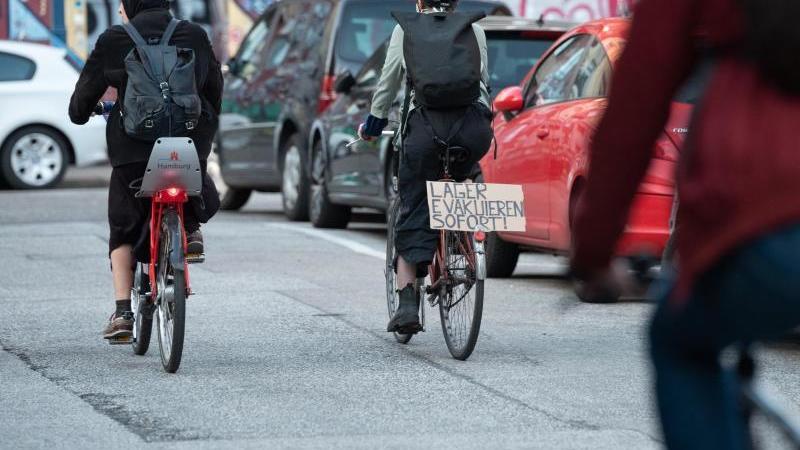 """Demonstrierende der Initiative """"#LeaveNoOneBehind"""" in Hamburg. Foto: Jonas Walzberg/dpa"""