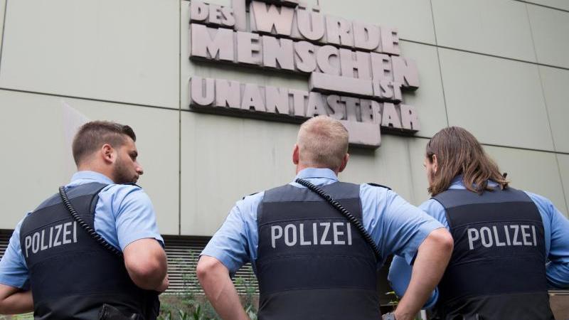 Polizisten stehen vor dem Oberlandesgericht in Frankfurt. Foto: Boris Roessler/dpa/Archivbild