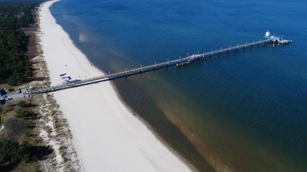 05.04.2020, Mecklenburg-Vorpommern, Zinnowitz: Menschenleer ist die Strandpromenade mit der Seebrücke im Ostseebad Zinnowitz auf der Insel Usedom (Luftaufnahme mit einer Drohne). Wegen der scharfen Einschränkungen im öffentlichen Leben wird der tradi