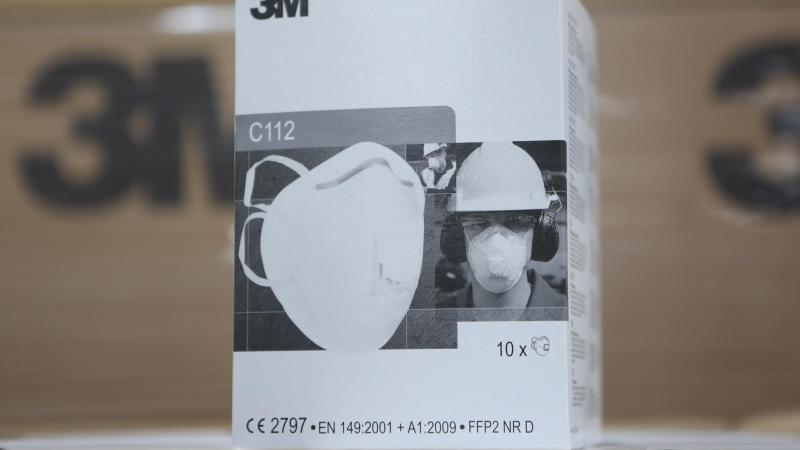 Atemschutzmasken der Schutzklasse FFP-2 liegen auf einemTisch. Foto: Matthias Bein/dpa-Zentralbild/dpa/Symbolbild