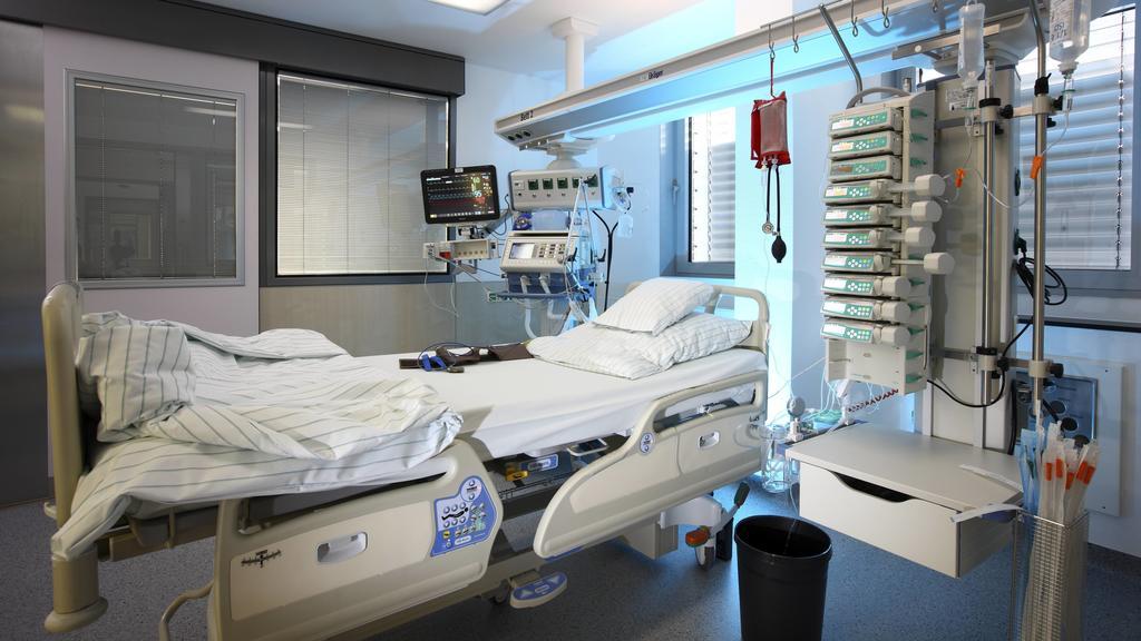Krankenhaus, Intensivstation. Leeres Patientenbett, bereit für die Aufnahme eines Patienten. Medizinische Gerät für die Versorgung, Beatmung und Überwachung des Patienten. Deutschland. Krankenhaus