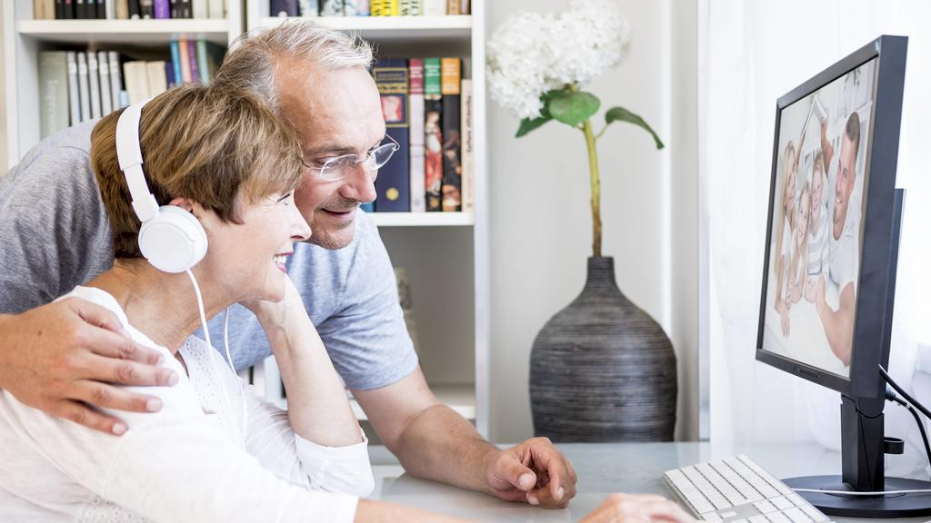 Senior couple at desk having a video conference with their family model released Symbolfoto property released PUBLICATIONxINxGERxSUIxAUTxHUNxONLY WESTF22736Senior COUPLE AT Desk Having a Video Conference With their Family Model released Symbolic imag