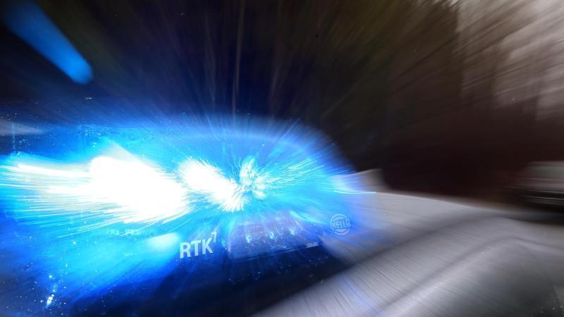 Ein Streifenwagen mit Blaulicht. Foto: Karl-Josef Hildenbrand/dpa/Archivbild