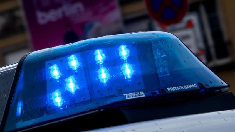 Ein Blaulicht leuchtet an einem Streifenwagen. Foto: Monika Skolimowska/zb/dpa/Symbolbild