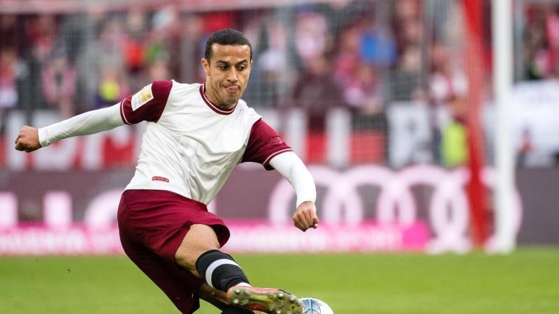 Thiago vom FC Bayern München spielt den Ball. Foto: Matthias Balk/dpa/Archivbild