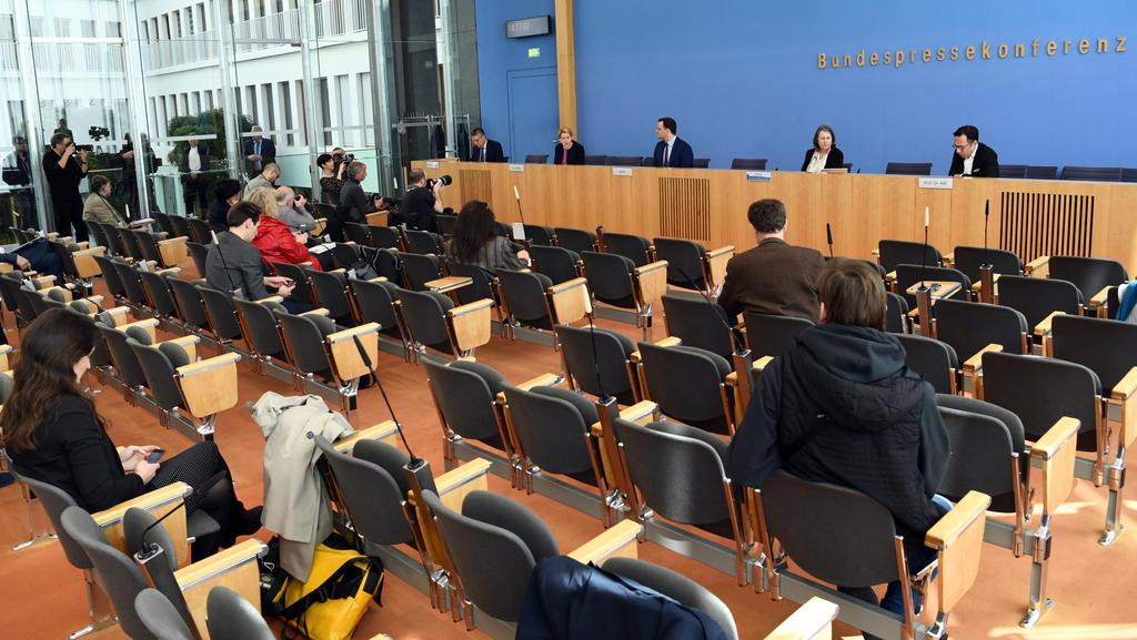 09.04.2020, Berlin: Lothar Wieler (hinten l-r), Präsident Robert Koch-Institut (RKI), Franziska Giffey (SPD), Bundesfamilienministerin, und Jens Spahn (CDU), Bundesgesundheitsminister, geben eine Pressekonferenz zur aktuellen Lage bei der Bekämpfung