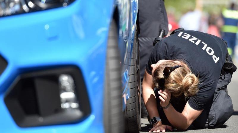 Eine Polizistin kontrolliert die Reifen eines Wagens. Foto: Caroline Seidel/dpa/Archivbild