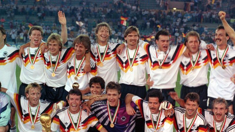 """Wird im Osterprogramm auf """"sportschau.de"""" aufgearbeitet: Der deutsche WM-Sieg 1990 in Italien. Foto: Frank Leonhardt/dpa"""