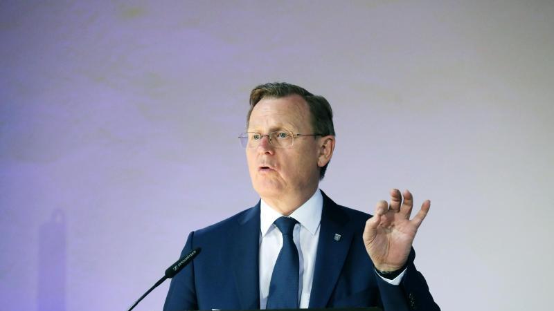Bodo Ramelow (Linke), Ministerpräsident von Thüringen, hält eine Rede. Foto: Bodo Schackow/dpa-Zentralbild/dpa/Archivbild