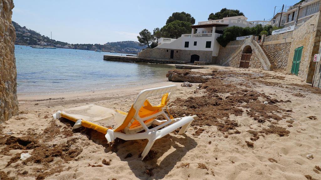 10.04.2020, Spanien, Port Andratx: Eine Liege steht auf einem leeren Strand auf der Insel Mallorca. Normalerweise beginnt zu Ostern die Saison auf Mallorca. Nun sind die Hotels auf der Urlaubsinsel allesamt geschlossen. Foto: Clara Margais/dpa +++ dp