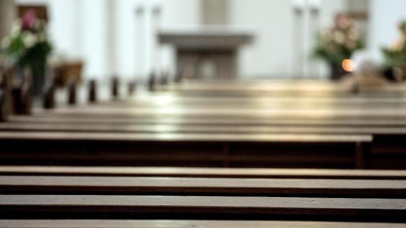 Eine Pfarrerin in England will alte Kirchenbänke durch Plastikstühle ersetzen.