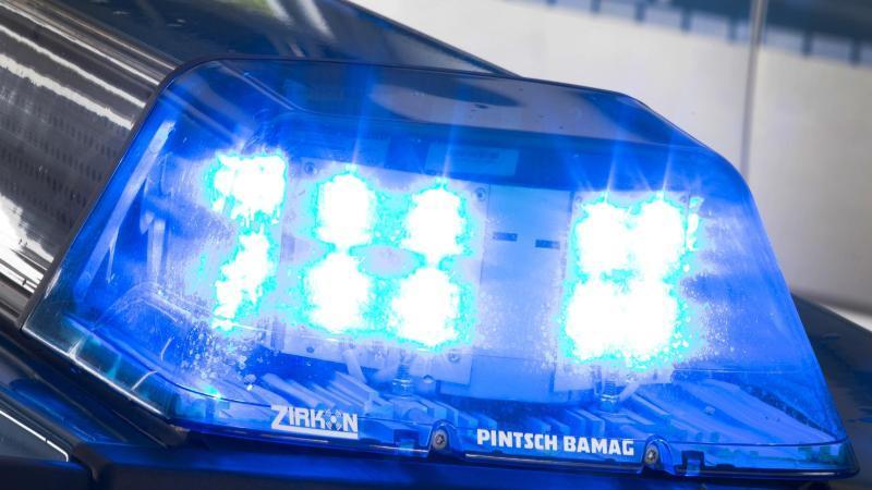 Ein Blaulicht leuchtet auf dem Dach eines Polizeiautos. Foto: Friso Gentsch/dpa/Symbolbild