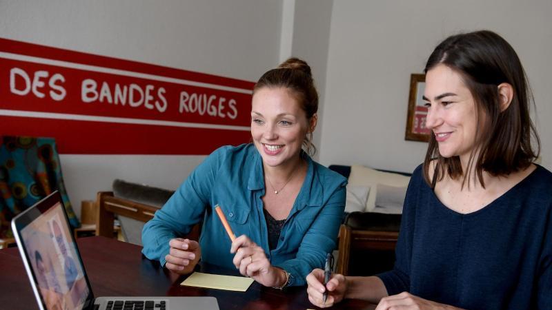 Kathrin Breitbach (l), Mediatorin und Nadine Dubois, Mediatorin, sitzen am Schreibtisch. Foto: Britta Pedersen/dpa-Zentralbild/dpa/Archivbild
