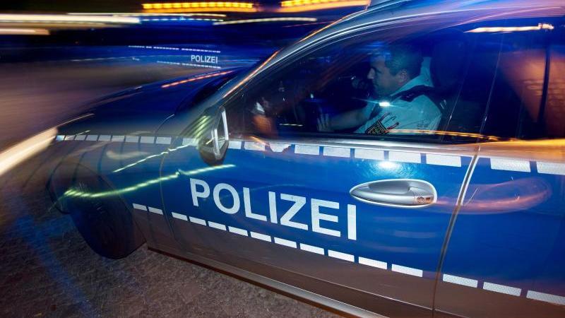 Auf einer Privatparty bei Osnabrück haben sich rund 50 Menschen eine Schlägerei geliefert und damit einen Großeinsatz der Polizei ausgelöst (Symbolbild).
