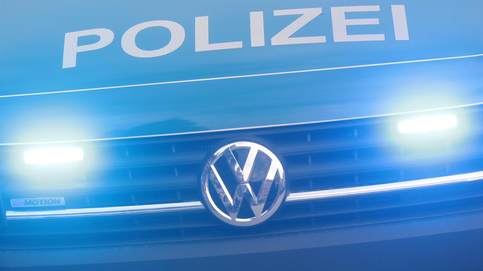 Ein Fußgänger (25), der wahrscheinlich trotz roter Ampel über eine Straße lief, ist in Hamburg-Wandsbek von einem Auto erfasst und tödlich verletzt worden (Symbolbild).