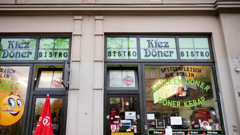 """Die Schaufenster des Imbisses """"Kiez-Döner"""" in Halle. Foto: Alexander Prautzsch/dpa/Archivbild"""