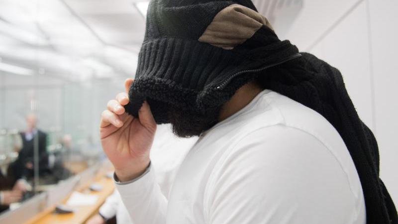 Der Angeklagte Abu Walaa steht im Oberlandesgericht. Foto: Julian Stratenschulte/dpa/Archivbild