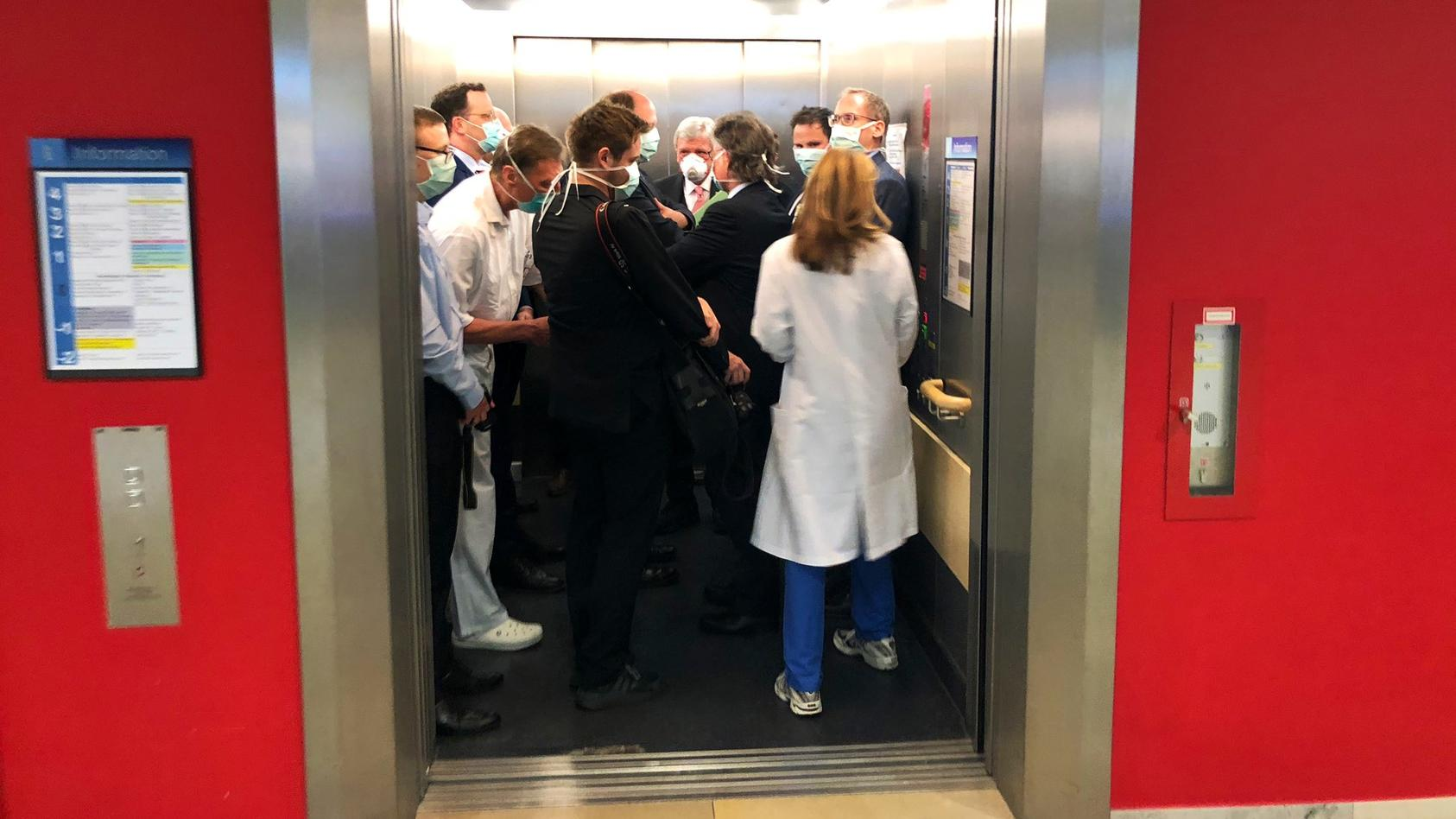 Abstand halten wegen Coronavirus? Bundesgesundheitsminister Jens Spahn und viele Kollegen im Krankenhaus-Aufzug
