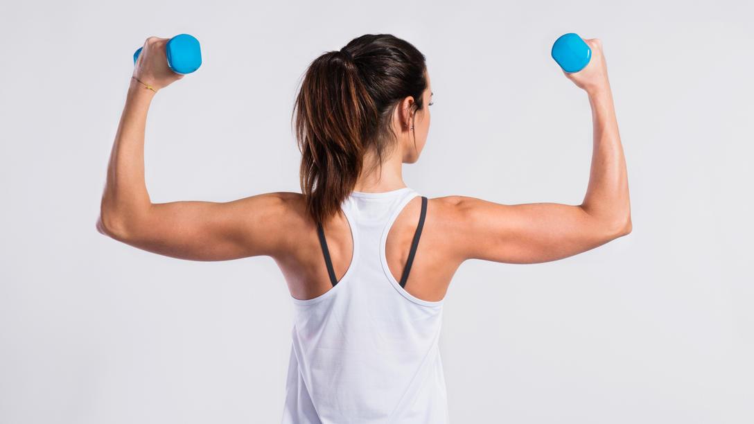 Keine Hanteln? Kein Problem: Das Rücken-Workout funktioniert auch mit Wasserflaschen