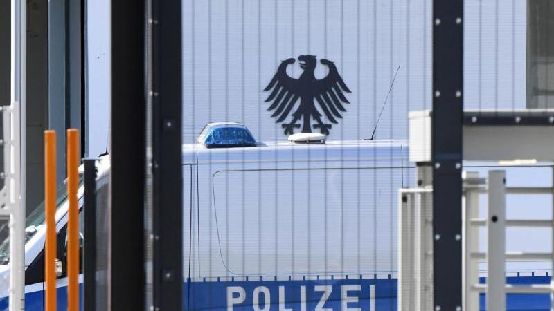 Ein Wagen der Polizei vor dem Bundesgerichtshof In Karlsruhe. Beim BGH sollen fünf Terrorverdächtige dem Haftrichter vorgeführt werden. Foto: Uli Deck/dpa