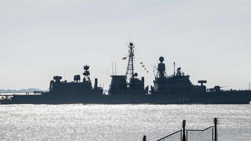 Nach einer Übung im Ostatlantik und der Nordsee kommt die Fregatte Lübeck (F214) der Marine der Bundeswehr nach knapp zwei Monaten zurück am Marine-Stützpunkt Wilhelmshaven an. Foto: Sina Schuldt/dpa