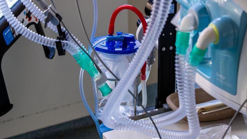 Ein Beatmungsgerät neben einem Bett in einem Zimmer der Intensivstation. Foto: Jens Büttner/dpa-Zentralbild/dpa/Symbolbild