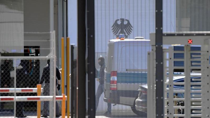 Ein Wagen der Polizei und Polizisten stehen im Bundesgerichtshof (BGH). Foto: Uli Deck/dpa