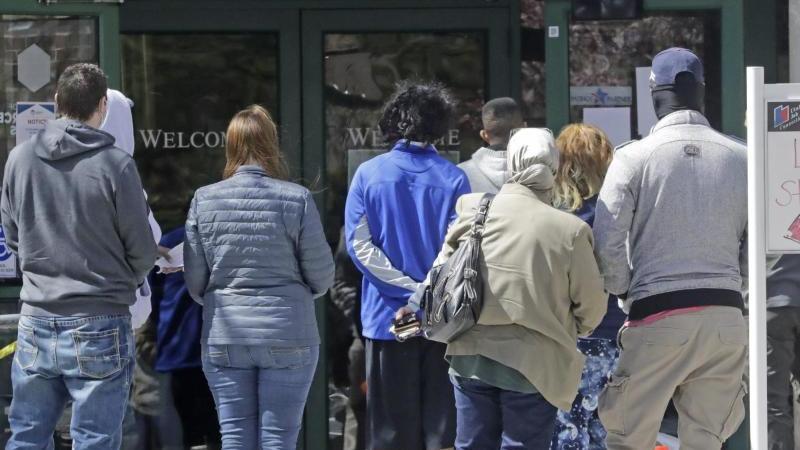 Menschen warten vor einem Arbeitsamt in Salt Lake City . Foto: Rick Bowmer/AP/dpa