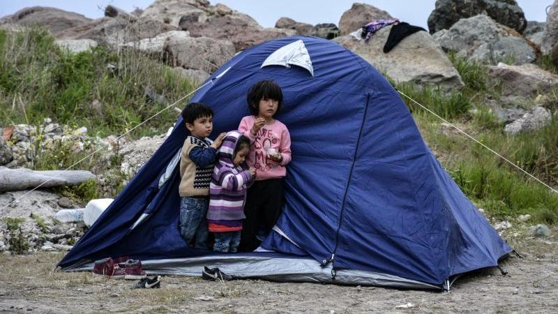 Kinder stehen vor einem Zelt im Dorf Petra auf der nordöstlichen Ägäisinsel Lesbos. Foto: Panagiotis Balaskas/AP/dpa/Archivbild