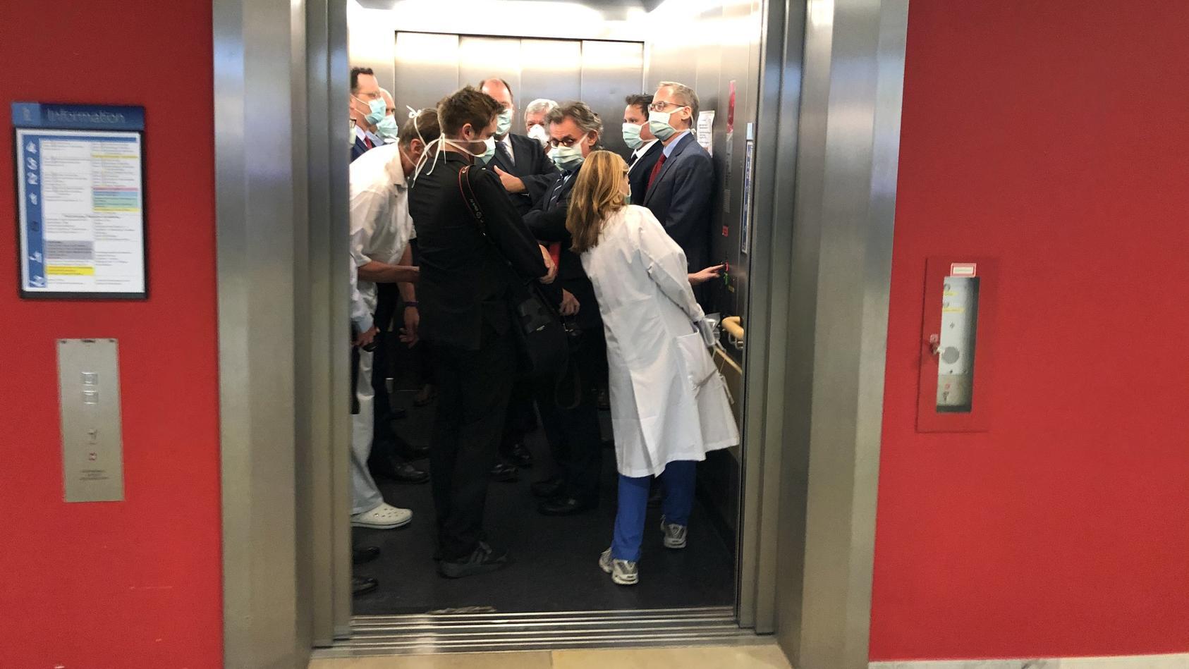 Coronavirus - Politiker im vollen Aufzug