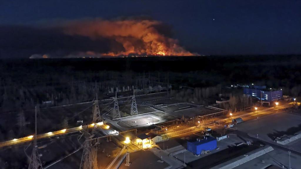 12.04.2020, Ukraine, Tschernobyl: Am Horizont steigen Rauchschwaden von einem Waldbrand in der radioaktiv belasteten Sperrzone um das Kernkraftwerk Tschernobyl auf. Foto: Uncredited/Ukrainian Police Press Office/AP/dpa +++ dpa-Bildfunk +++