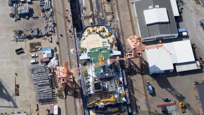 """Blick auf das Marine-Forschungsschiff """"Planet"""", das in der Emder Werft generalüberholt wird. Foto: Tobias Bruns/dpa/Archivbild"""