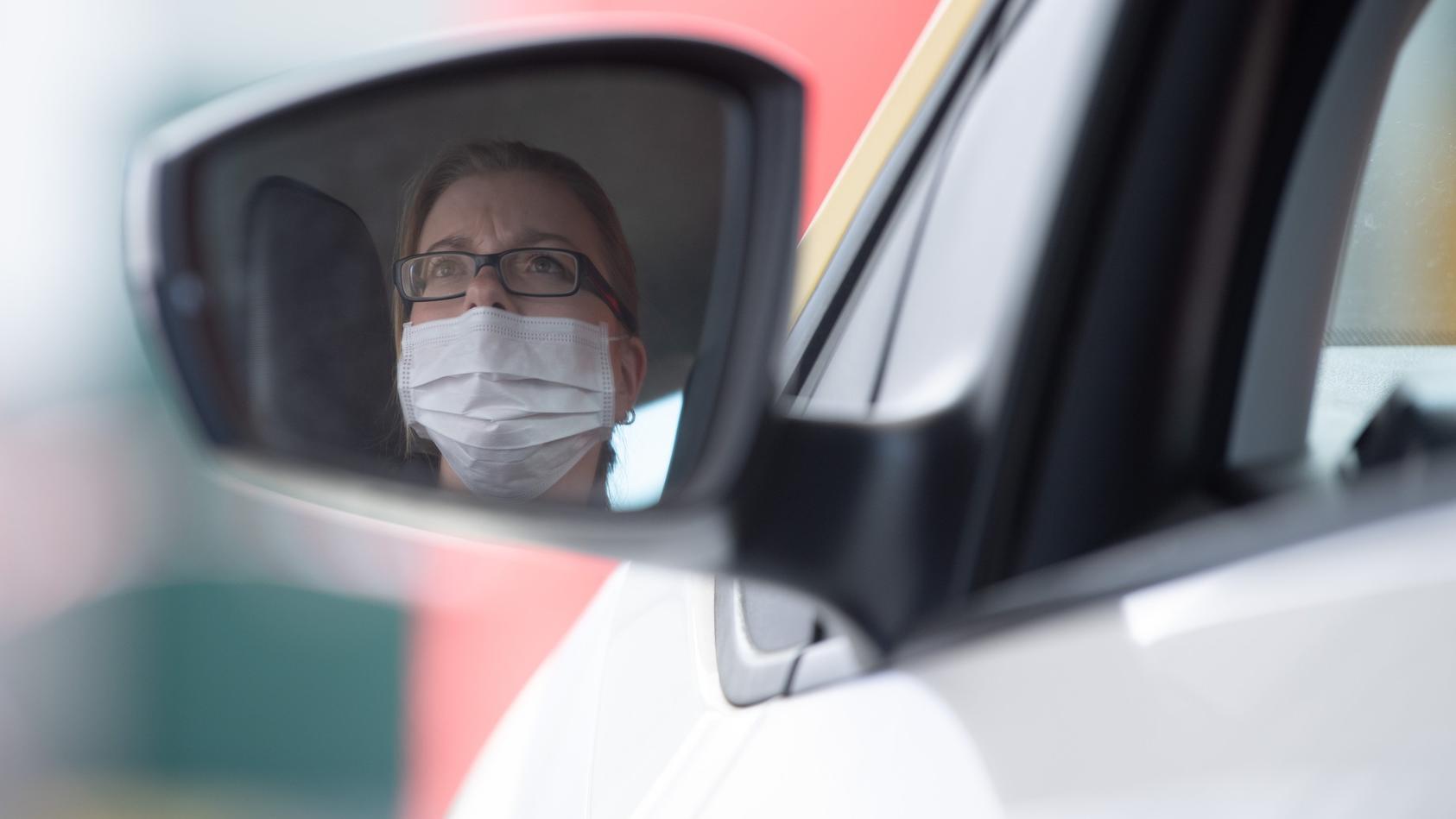 Laut Straßenverkehrsordnung darf das Gesicht am Steuer nicht verdeckt sein.