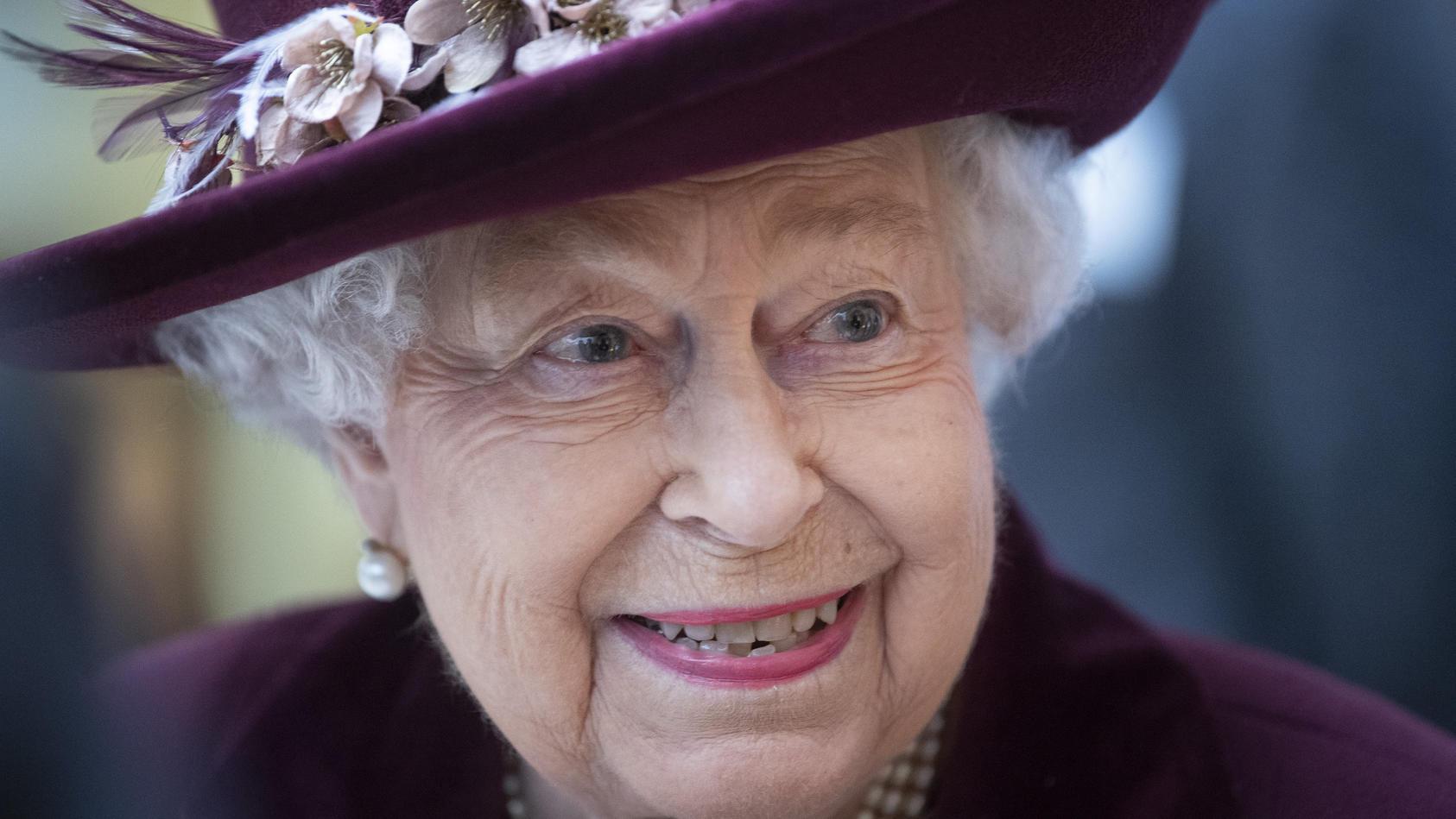 Königin Elizabeth II. behält trotz Corona-Finanzeinbuße ihr Lächeln, denn sie hockt auf verdammt viel Kohle.