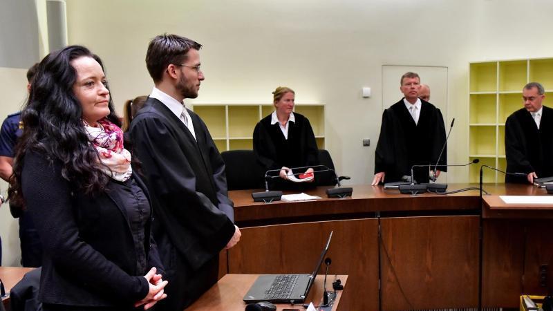 Die Angeklagte Beate Zschäpe steht neben ihrem Anwalt Mathias Grasel im Gerichtssaal. Foto: Peter Kneffel/dpa-Pool/dpa/Archivbild