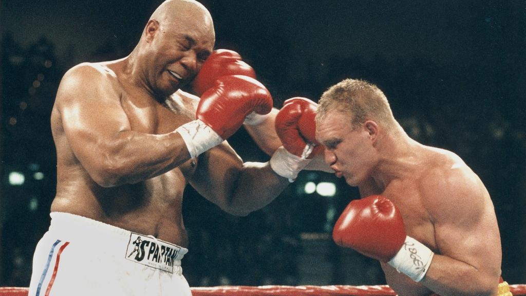 Las Vega, 22.04.1995 IBF - Weltmeisterschaft im Schwergewicht George Foreman vs Axel Schulz Axel trifft mit seiner Rechten Foreman am Kopf.