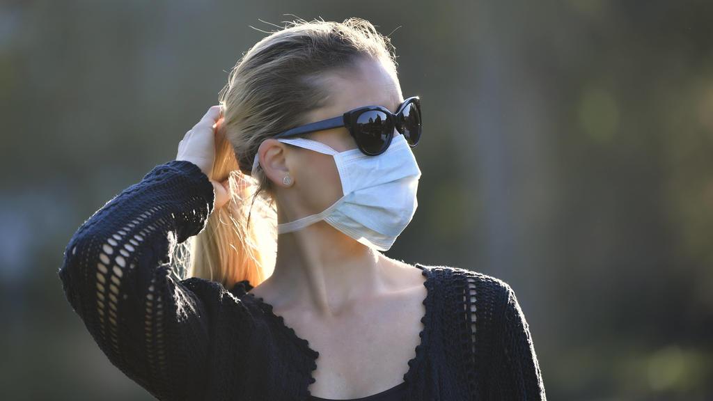 Frau mit Mundschutzmaske, Portrait, Corona-Krise, Deutschland Coronavirus *** Woman with face mask, Portrait, Corona crisis, Germany Coronavirus
