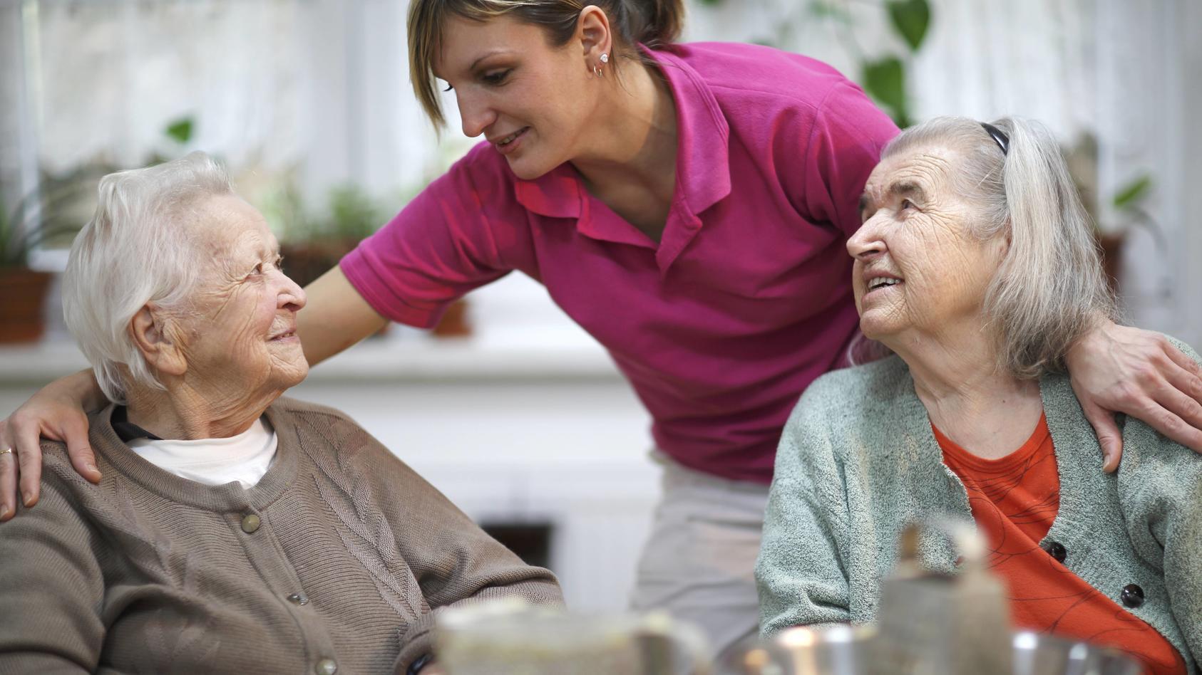 Zwei ältere Frauen, 78 Jahre und 88 Jahre, und Pflegeschwester, 31 Jahre, Freizeitbeschäftigung im Altersheim ibxlid040