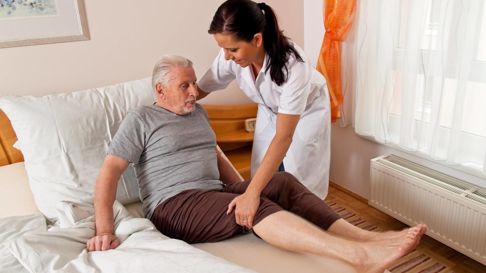 eine Pflegerin bei Altenpflege von Senioren im Altenheim McPBBO McPBBO